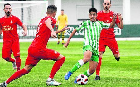 El mediapunta verdiblanco Abreu, en un lance del Betis Deportivo-Urera (1-1).