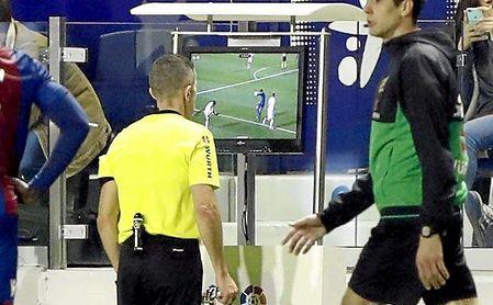 Iglesias Villanueva consultó la televisión en el primer penalti, pero no en el segundo.