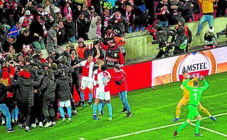 Los jugadores del Slavia celebran el cuarto gol con la grada.