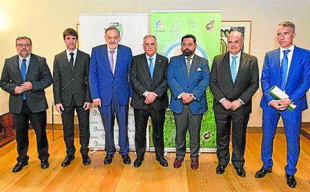 Javier Tebas, Eduardo Herrera, José María Arrabal y David Guevara, entre otros, posan antes de la presentación de un programa que mejorará el fútbol andaluz.