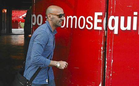 Monchi saliendo del Sánchez-Pizjuán poco antes de anunciar su salida del Sevilla.
