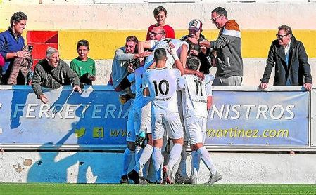 Los jugadores del Utrera celebran un gol con su afición en la presente temporada.