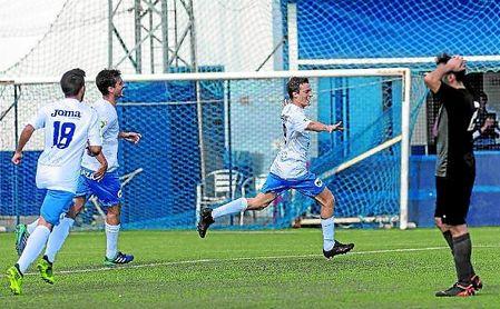 El benacazonero Pablo García celebra el gol que logró ante el Torreblanca.