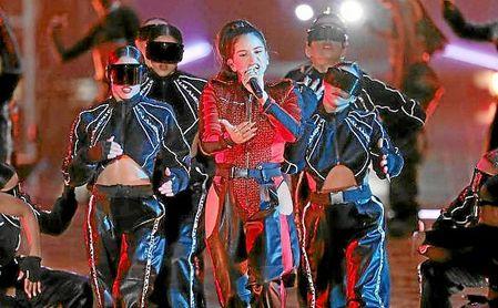 Rosalía, durante su actuación en los MTV Europe.