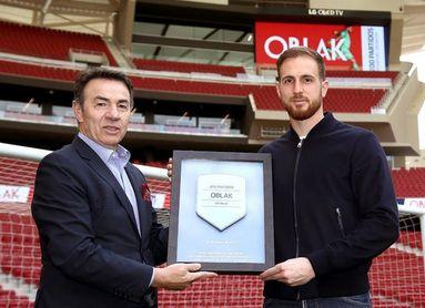 "Abel entrega una placa a Oblak, ""muy orgulloso de jugar 200 partidos"""