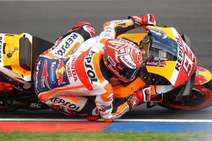 Márquez doblega a todos sus rivales y estrecha la mano a Rossi