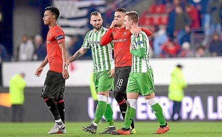 Ben Arfa habla con sus excompañeros Jesé y Lo Celso, tras el Rennes-Betis.
