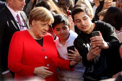 Merkel aborda con los jóvenes el peligro de los populismos para Europa