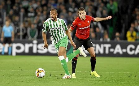 Ben Arfa puga con Sidnei, durante el Betis-Rennes de la Europa League.