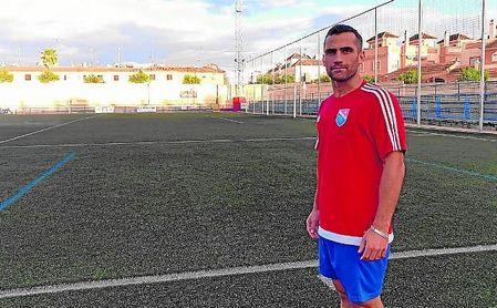 David Lara posa en el Miguel Román nazareno, con la portería en la que anotó de fondo.
