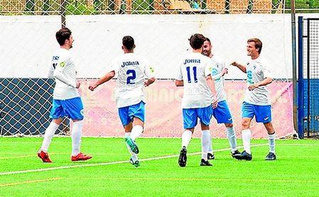 Pablo (derecha) celebra uno de sus tres goles logrados ante el Peñarroya.