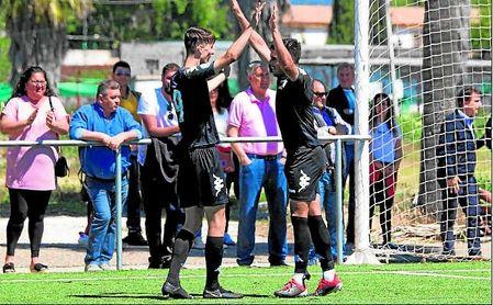 Raúl García (autor del doblete) y Nané (que firmó el primero) se felicitan mutuamente este domingo.