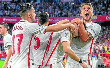 Carriço celebra con Munir y otros compañeros el gol del exazulgrana.