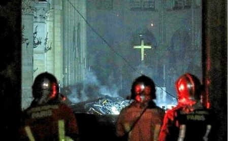 El interior de Notre Dame tras el incendio.