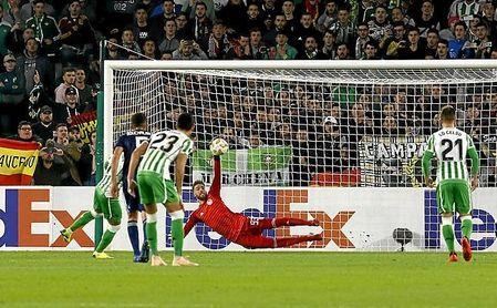 El meta luso le detuvo un penalti al Betis en la Europa League.