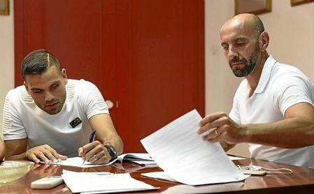 Monchi y Mercado, firmando los contratos en 2016 cuando lo fichó de River Plate.