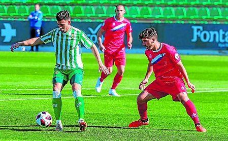 Manu Martínez (derecha) atento al delantero verdiblanco Nané, en un lance del Betis Deportivo-Écija de la presente temporada.