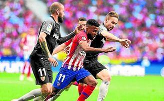 Choque entre el Atlético de Madrid y el Sevilla, ayer en el Wanda.