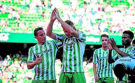 Joaquín, junto a sus compañeros en el duelo ante el Huesca.