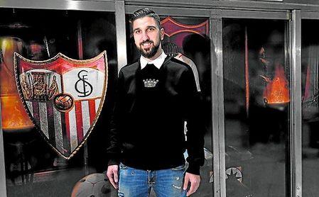 El delantero israelí Munas Dabbur, a su llegada a Sevilla en enero.