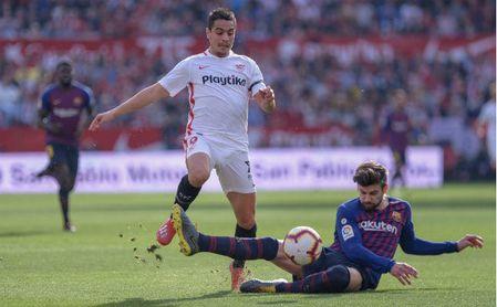 Ben Yedder, en una disputa de balón con Gerard Piqué en el último Sevilla-Barcelona.