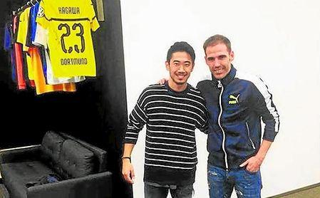 Fernando Navarro, junto al internacional japonés Shinji Kagawa.