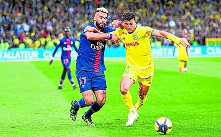El brasileño Diego Carlos, con la elástica del Nantes, luchando con Choupo-Moting, del PSG.