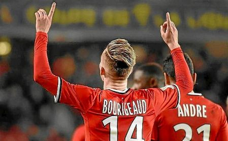 Bourigeaud celebra un gol con el Rennes.