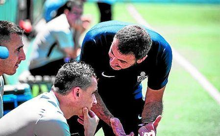Jesús Galván, entrenador del Utrera, se dirige a su cuerpo técnico en un lance del encuentro disputado frente al Mallorca B.