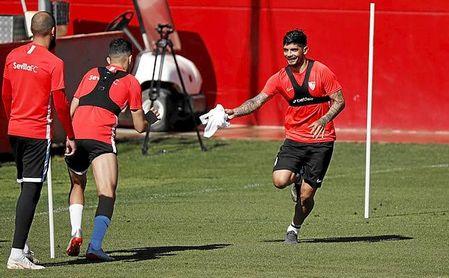 A Banega le queda un año más de contrato en el Sevilla.