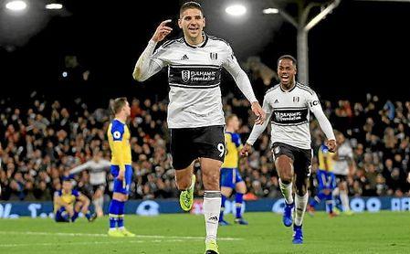 Mitrovic celebra un gol con el Fulham esta temporada.