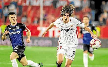 Bryan Gil, en un partido con el Sevilla esta temporada.
