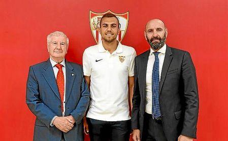 Jordán, junto a Monchi y Gabriel Ramos, vicepresidente del Sevilla.