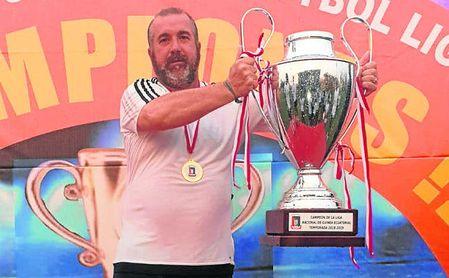 Un flamante David Navarro posa con el trofeo de campeón de Liga de Guinea.