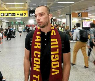 Pau López, con la bufanda de la Roma tras aterrizar en el aeropuerto romano de Fiumicino.