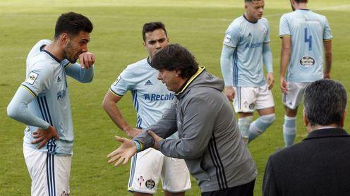 Alejandro Menéndez da instrucciones a un joven Borja Iglesias.