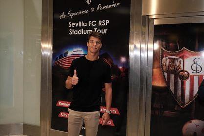 Óliver Torres, a su llegada al aeropuerto de Sevilla.