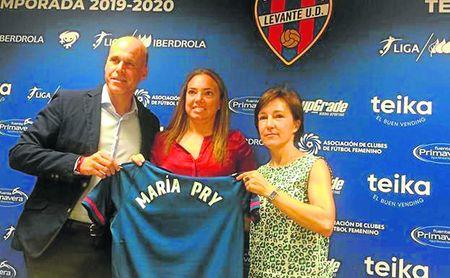 María Pry posó con los colores del Levante en su presentación como entrenadora