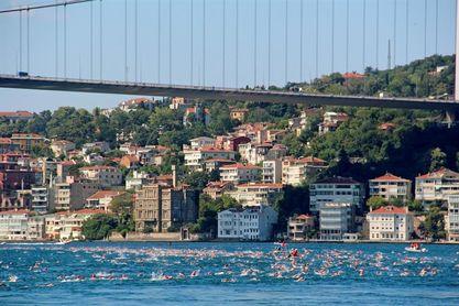 2.400 nadadores, de Asia a Europa en menos de una hora a través del Bósforo
