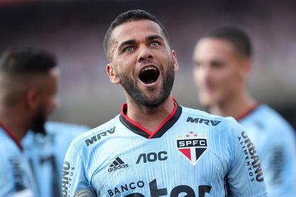Santos sigue líder pese a la derrota y Sao Paulo gana con un gol de Daniel Alves