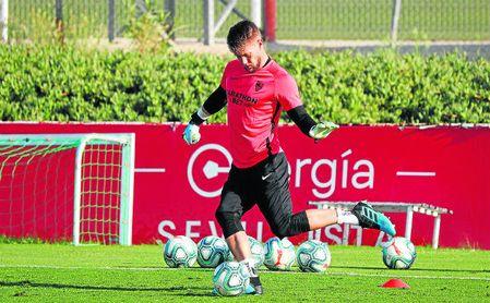 Vaclik, entrenándose con el Sevilla de Lopetegui.