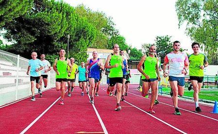 Un grupo de atletas locales preparando la carrera.