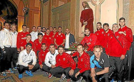 Una expedición del Sevilla visita al Cristo de los futbolistas, en Buenos Aires.