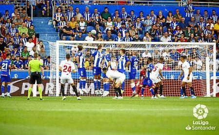 Los jugadores del Sevilla siguen la trayectoria del balón en la falta de Jordán que acabaría en gol.