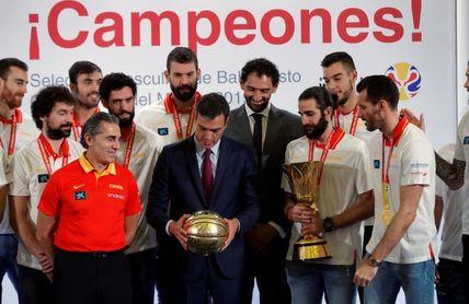 Pedro Sánchez recibe a la selección española de baloncesto en Moncloa