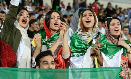 Las mujeres entran en los estadios árabes pero la segregación continúa
