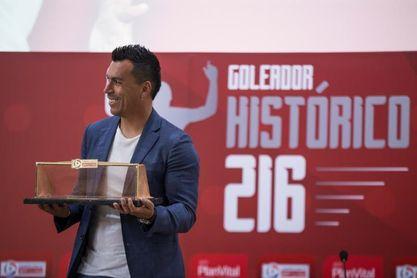 Paredes recibe un homenaje del fútbol chileno como máximo goleador histórico