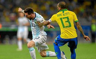 Messi y Dani Alves durante el ultimo Argentina - Brasil