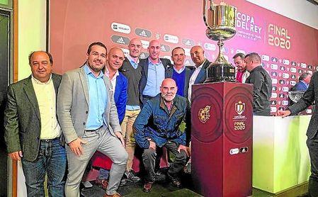 La comitiva del Antoniano, entre otros, posa con la Copa del Rey.