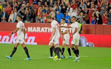 Los jugadores del Sevilla felicitan a De Jong tras marcar su gol en el minuto 86.